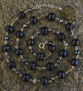 Halsband av sötvattenspärlor och labradoriter
